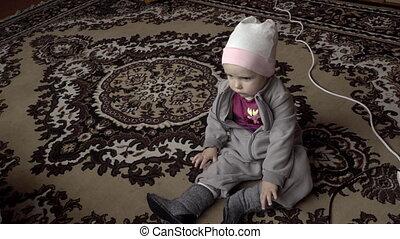 mały, kartony, dziewczyna, oglądając