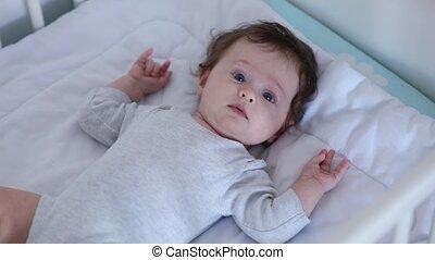 mały, niemowlę, cyganiąc na dół, w, niejaki, łóżko