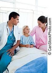 mały, pacjent, mówiąc do, jej, pielęgnować, i, jej, doktor