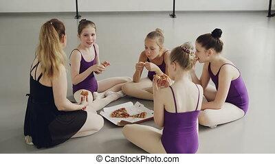 mały, po, jedzenie, gimnastycy, podłoga, concept., posiedzenie, szkoła, komunikacja, nauczyciel, śmiejąc., mówiąc, taniec samica, trening, dzieciństwo, ich, pizza