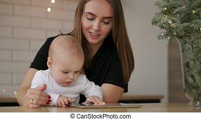 mały, pojęcie, tabliczka, macierzyństwo, rodzina, -, młody, pc komputer, macierz, niemowlę, dom, uśmiechanie się, technologia, szczęśliwy