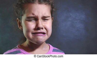 mały, powolny, styl życia, rodzina, przemoc, wzruszenia, smutny, ruch, pojęcie, beznadziejny stan, ona, płacz, portret, video., crying., dziewczyna, modlący się, despair.