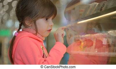 mały, sklep spożywczy, wybierając, ciastko, dziewczyna, ...