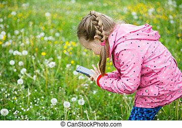 mały, smartphone, dziewczyna, jej, fotografowanie