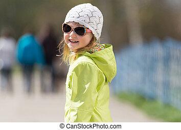 mały, sunglasses, uśmiechnięta dziewczyna