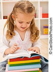 mały, szkoła dziewczyna, przygotowując