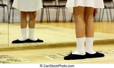 mały, ubrany, odzież, balet, widoczny, jedyny, stać, położenie, lustro, przód, dziewczyna, nogi, pierwszy