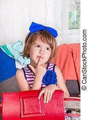 mały, wybierając, jej, macierz, clothes., torba, los, dziecko, wardrobe., nowy, dziewczyna, czerwony, prospekt