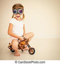 mały, zabawka, motocykl, dziewczyna, okulary