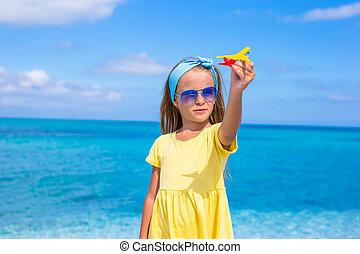 mały, zabawka, siła robocza, biała plaża, dziewczyna, samolot, szczęśliwy