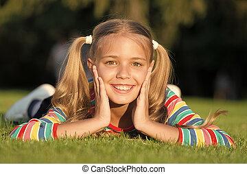 maakt, geitje, pupil., vrolijke , fun., vrolijk, het glimlachen, gezonde , relaxen, kind, groene, happy., grass., emotioneel, meisje, wat, hebben, outdoors., relax., genieten, schattig, het leggen, schoolgirl, ponytails, hairstyle