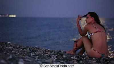 maan, steegjes, op, strand, met, vrouw