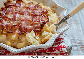 Mac and cheese with topped with bacon