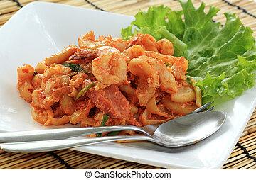 Macaroni fried with shrimps