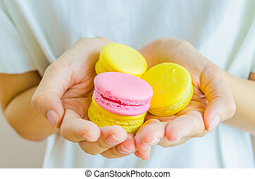 Macaroon in the hand