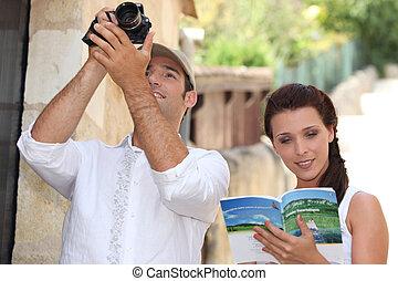macchina fotografica, coppia, libro, guida, turisti
