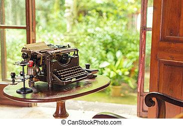 macchina scrivere antica, su, tavola, vicino, il, finestra.