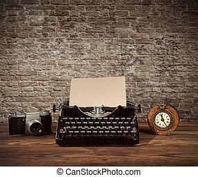 machine écrire, réveil, appareil photo, retro, bois