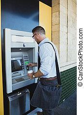 machine, homme affaires, distributeur billets banque, utilisation