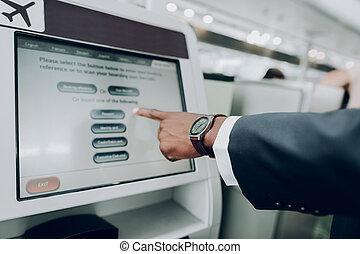 machine, utilisation, aéroport, distributeur billets banque, homme
