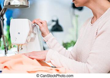 machine, utilisation, couture femme