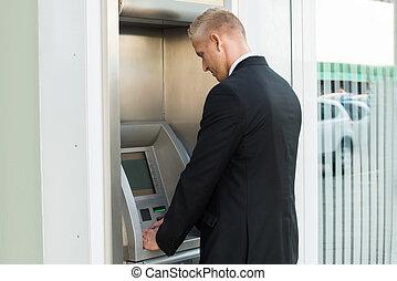 machine, utilisation, distributeur billets banque, jeune homme