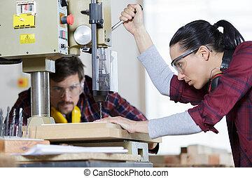 machine, utilisation, femme, forage, ingénieur