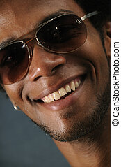macho africano, com, sorriso toothy