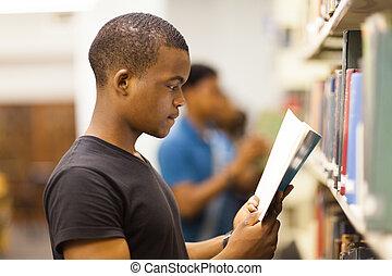 macho, africano, estudante universitário, em, biblioteca