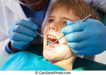 macho africano, odontólogo, examinando, menino, dentes