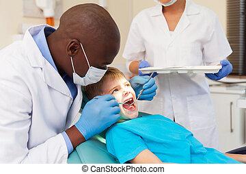 macho afroamericano, dentista, examinar, paciente, dientes