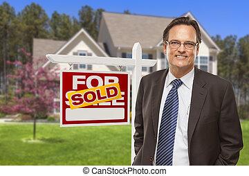 macho, agente inmobiliario, delante de, muestra vendida, y, casa