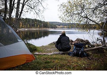 macho, campsite, lago, hiker, desfrutando, vista