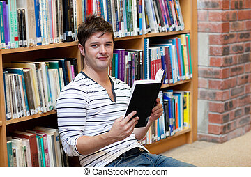 macho, chão, sentando, livro, leitura estudante, bonito
