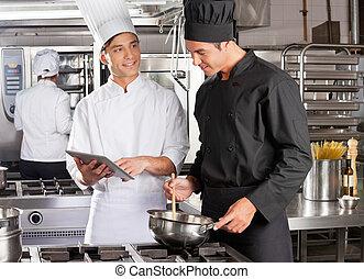 macho, chef, ayudar, colega, en, alimento que prepara