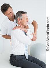 macho, chiropractor, examinando, homem maduro