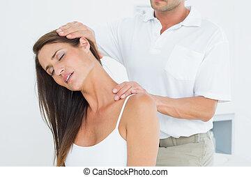 macho, chiropractor, fazendo, pescoço, ajustar
