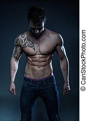 macho, condición física, modelo, con, el, tatuaje