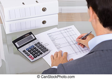macho, contabilista, calculando, faturas