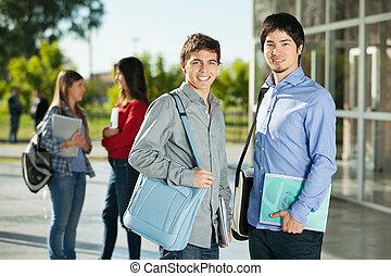 macho, estudiantes, con, amigos, posición, en, plano de fondo, en, campus