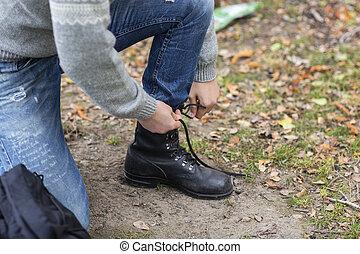 macho, excursionista, atar, cordón, en, campo