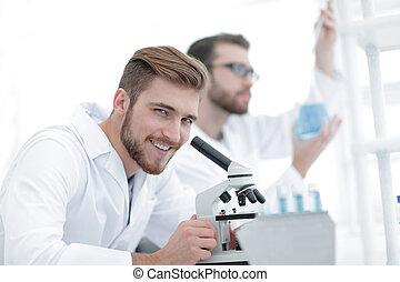 macho, investigador, proceso de llevar, afuera, investigación científica, en, un, laboratorio