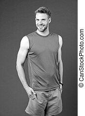macho, lächeln, auf, violett, hintergrund., glücklich, sportler, sportswear., anfall, und, confident., persönlicher trainer, für, gesunde, lifestyle., dieting., sport, mode, für, training, und, workout., fitness, und, wohlfühlen