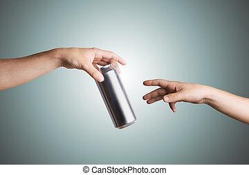 macho, mão, dar, um, cerveja pode, para, outro, pessoa