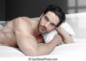 macho, modelo, en cama