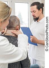 macho, paciente, com, um, médico, escora pescoço, em, a, quarto emergência