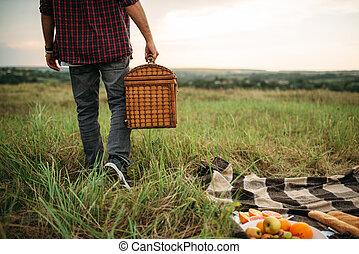 macho, persona, con, cesta, picnic, en, verano, campo