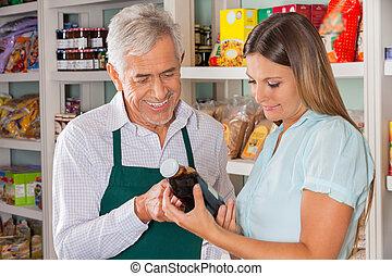 macho, proprietário, ajudar, cliente, em, escolher, produto