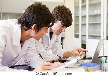 macho, química, estudantes, escrevendo um relatório
