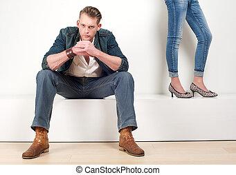 macho, sentando, atraente, femininas, par, modelo, pernas, lado